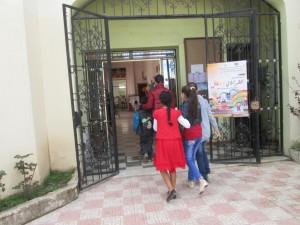 Des enfants arrivent des cités avoisinantes