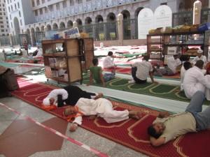 46 Répit à l'intérieur de la Mosquée entre les prières