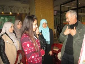 Allami explique à des jeunes un art pictural quelque peu délaissé dans la région