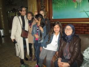 La veuve du peintre et Nehab encadrant de jeunes visiteurs