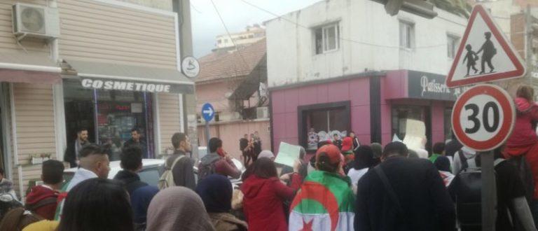 Article : La rue dit «non» à Bouteflika